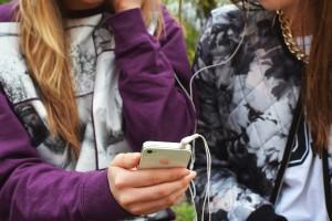 earphones-friends-hand-